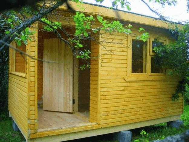 Простой деревянный хозблок для дачи