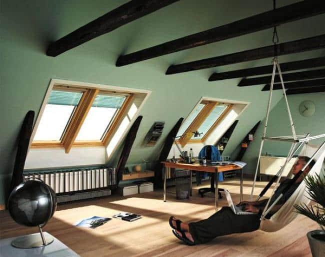 Дизайн мансардной комнаты с большими окнами