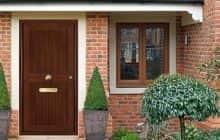 Входные деревянные двери для загородного дома