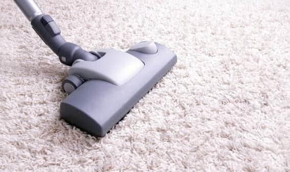 Чистить текстильные покрытия пылесосом