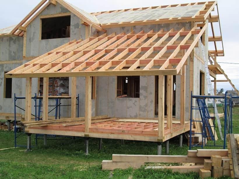 Установка крыши для веранды