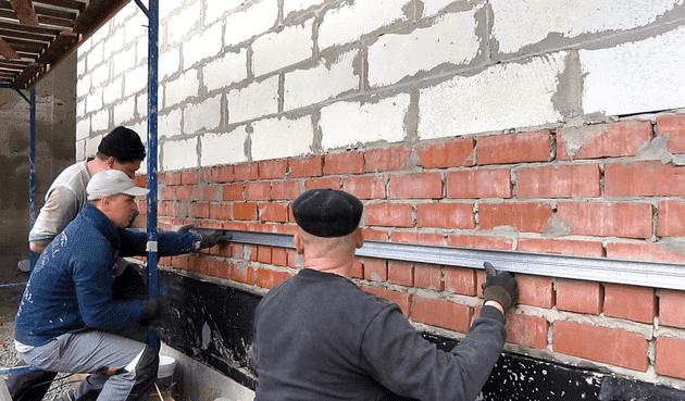 Алюминиевая направляющая крепится по линии цоколя