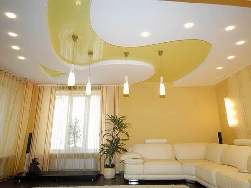 Способы отделки потолка в гостиной