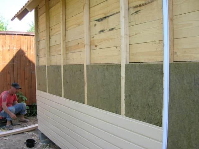 Утепляют деревянный гараж с внешней стороны
