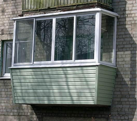 Отделка балкона с улицы сайдингом