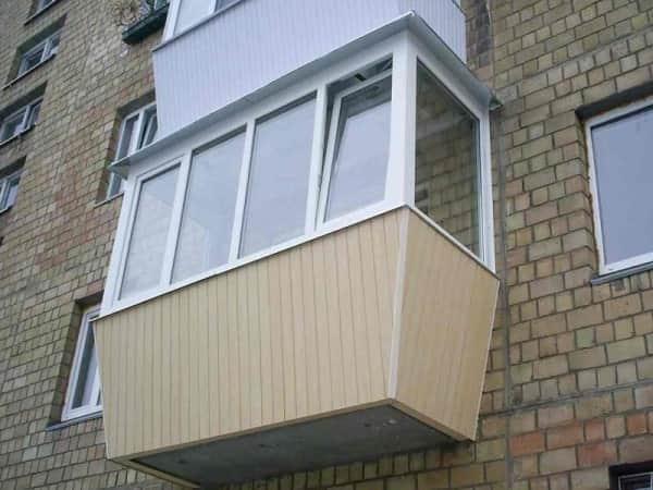 Отделка балкона с улицы пластиковой вагонкой