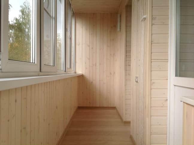 Как обшить стены на балконе деревянной вагонкой