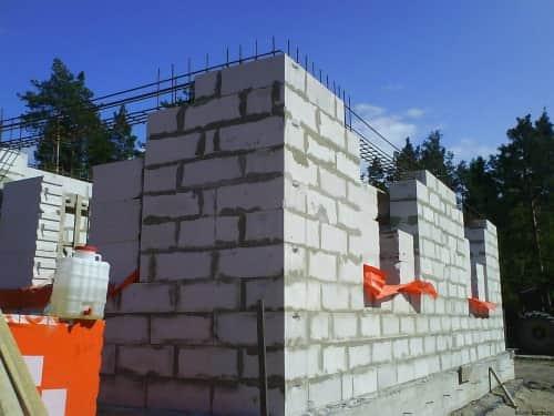 Возведение стен и внутренних перекрытий будущего дома