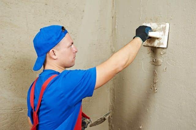 Стены под обои можно поштукатурить