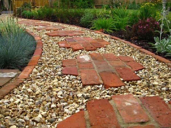 Строительство дорожек старым бетоном в саду