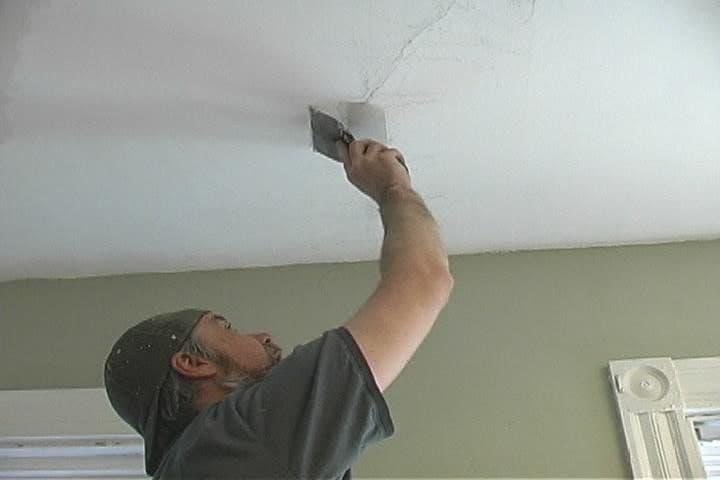 Почему появляются трещины на потолке и что с этим делать?