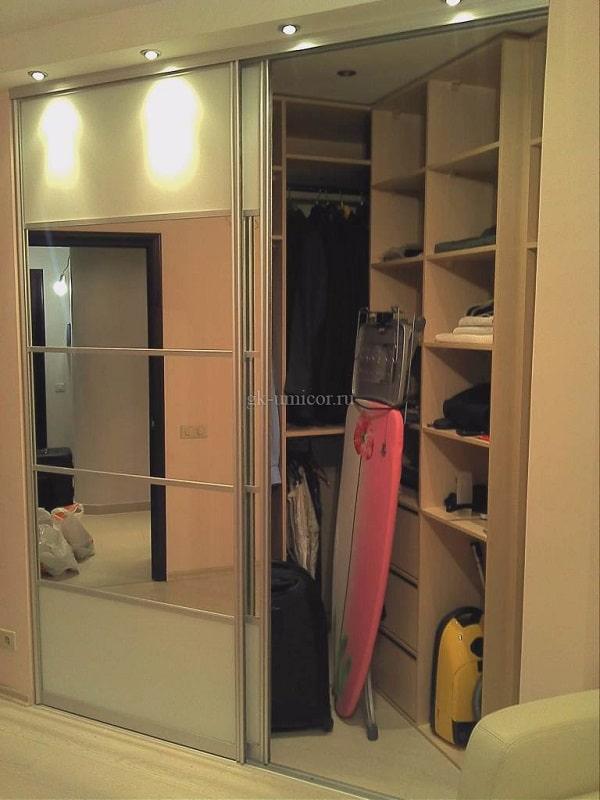 Встроенный шкаф с зеркальными фасадами